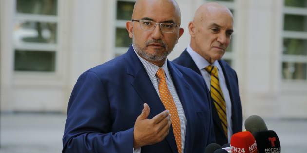 El abogado de Joaquín 'El Chapo' Guzmán, Eduardo Balarezo, habla con los medios luego de una audiencia en el caso del capo mexicano Joaquín 'El Chapo' Guzmán ante el Juzgado Federal de los Estados Unidos en Brooklyn.