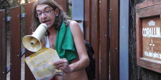 Elezioni 2013 gabriele paolini arriva alla villa di beppe grillo a bibbona il disturbatore tv - Spogliarello in bagno ...
