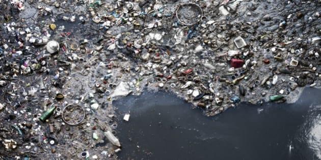 pollution des oc ans plus de tonnes de d chets plastiques flotteraient leur surface. Black Bedroom Furniture Sets. Home Design Ideas