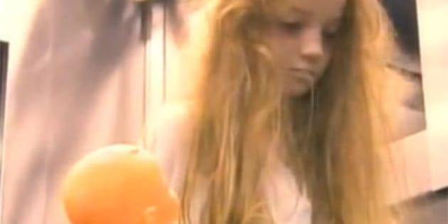 une petite fille qui fait bien peur dans l 39 ascenseur vid o. Black Bedroom Furniture Sets. Home Design Ideas