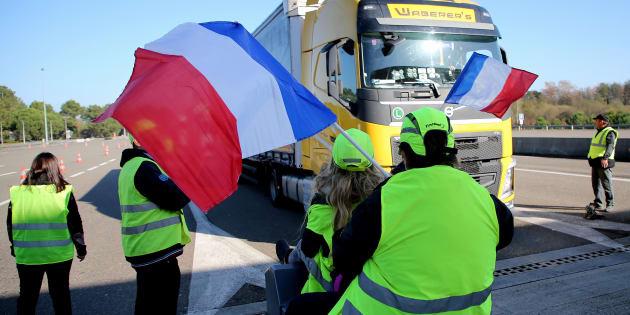 """Des """"gilets jaunes"""" mobilisés à Benesse-Maremne dans le sud-ouest de la France."""