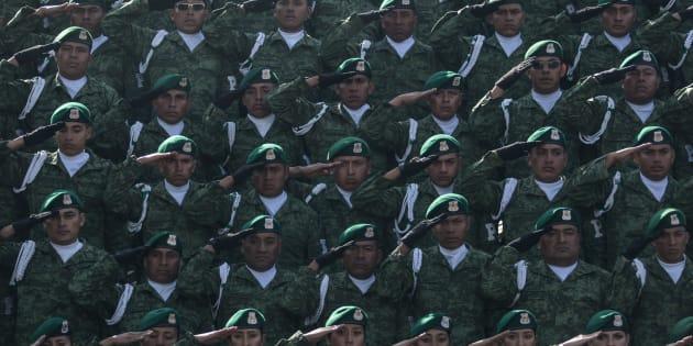 Elementos de la Secretaría de la Defensa Nacional, Marina y Fuerza Aérea Mexicana realizan los honores a la bandera durante el arribo de Andrés Manuel López Obrador, presidente electo de México, quien ofreció un mensaje a las tropas para pedir su apoyo a su gobierno.