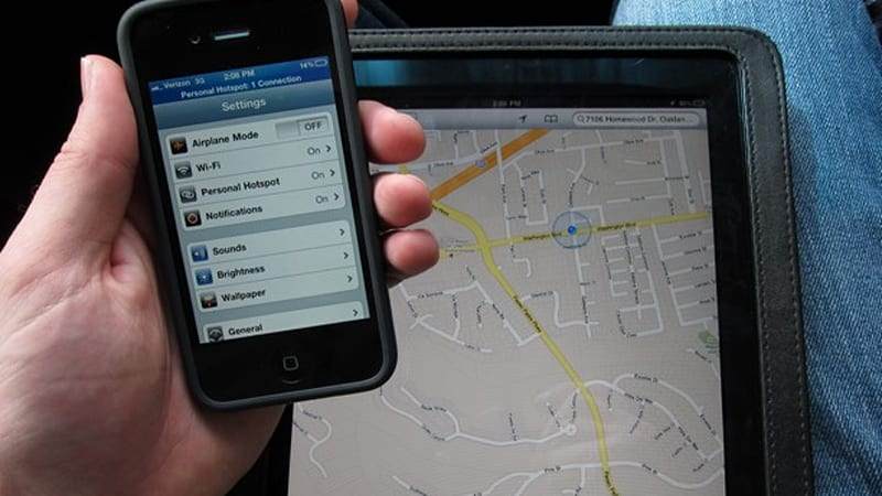 iPhone provides GPS data to iPad 2, won't work with 1st-gen