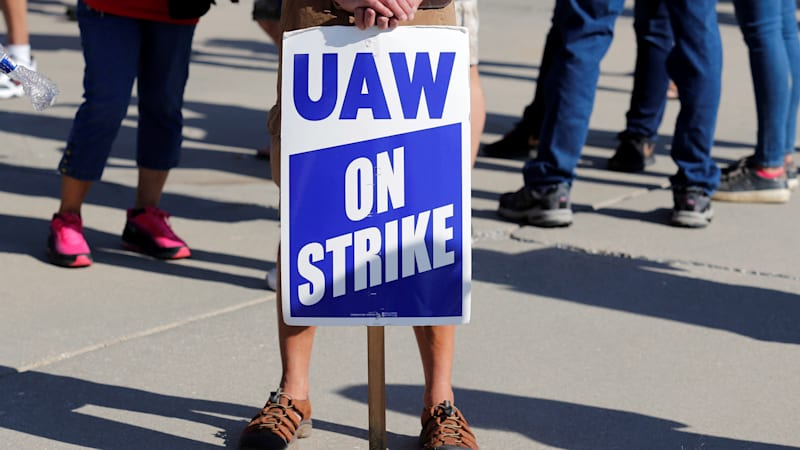 Behind the GM strike: Declining performance, yet greater profit per staff member thumbnail