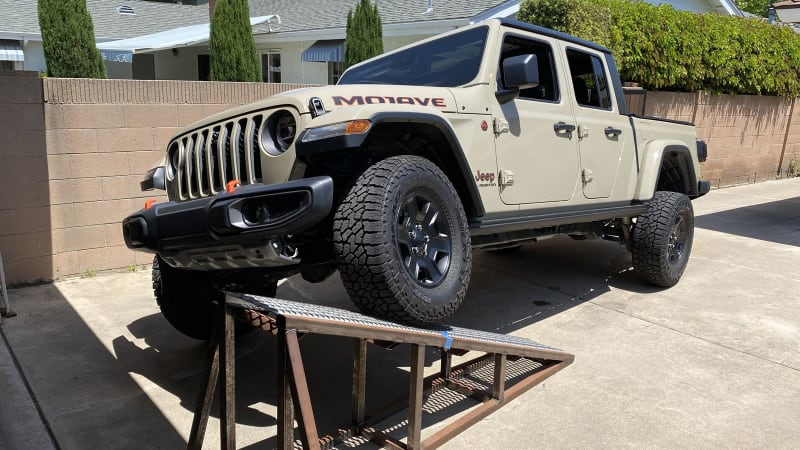 2020 Jeep Gladiator Mojave vs Rubicon Suspension Flex Test | Suspension, off-roading, sway bars
