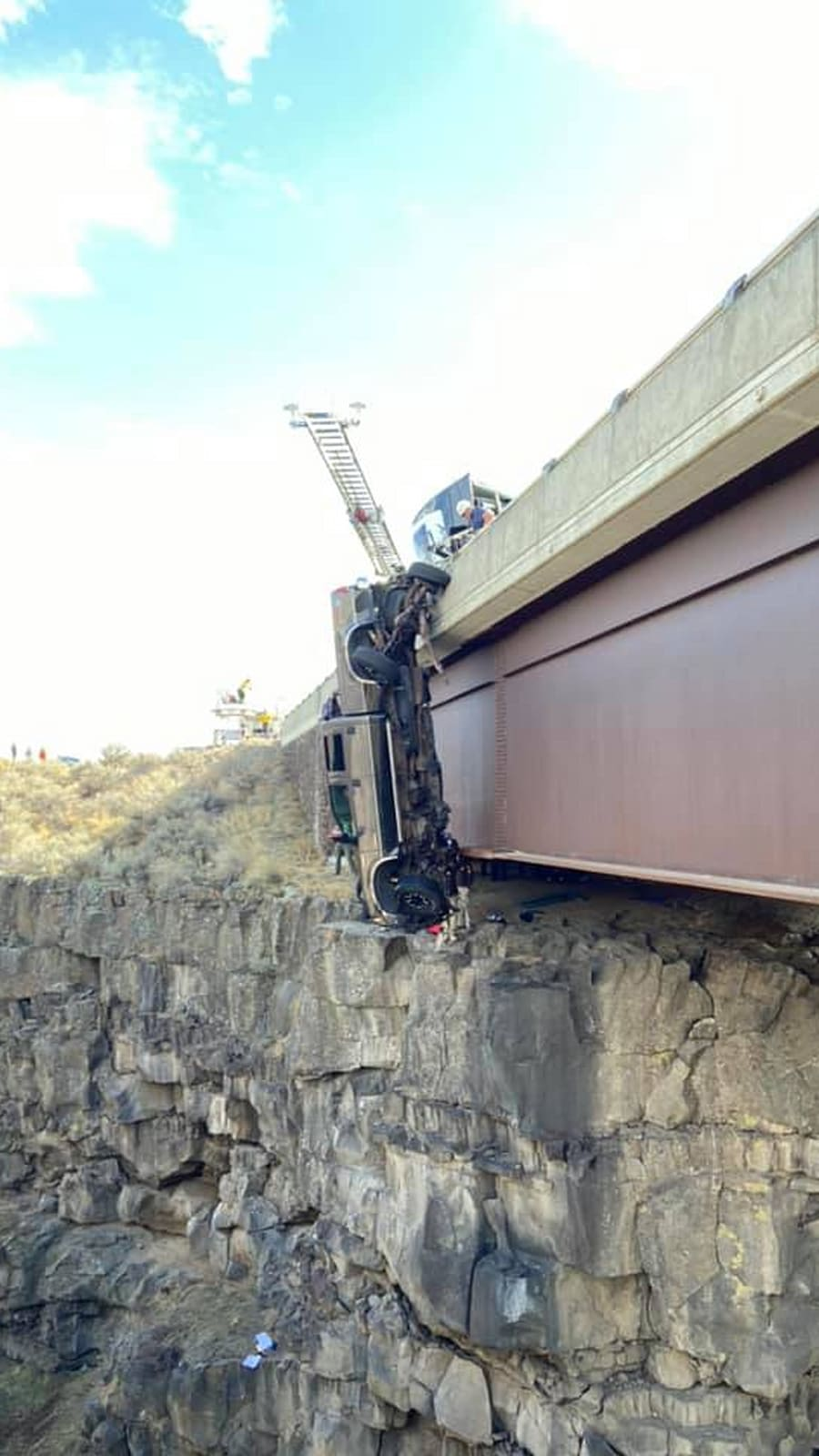 Trailer safety chain stops couple's pickup from plunging into Idaho gorge