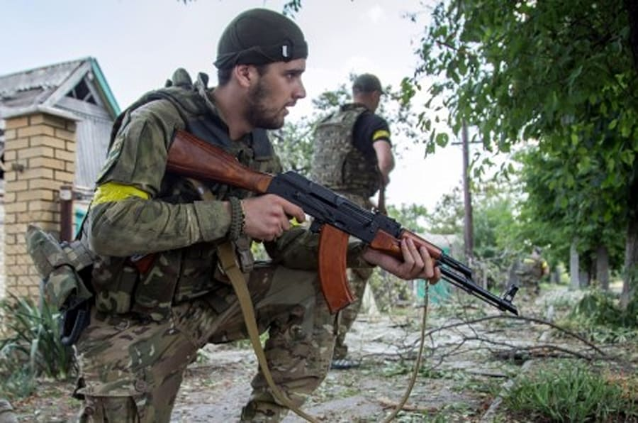 Ukrainian servicement hold guns during fightings in the Ukrainian city of Mariinka, in the region of Donetsk on June 4, 2015. Ukrainian President warned of the 'colossal threat' of a resumption of major clashes in eastern Ukraine where at least 24 people have died in renewed fighting between government forces and pro-Russian rebels. AFP PHOTO/ OLEKSANDR RATUSHNIAK        (Photo credit should read OLEKSANDR RATUSHNIAK/AFP/Getty Images)