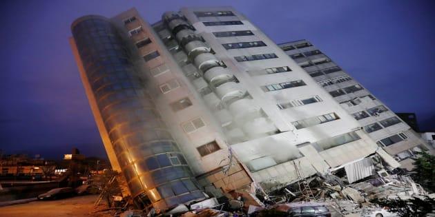 地震で倒壊したビル=2月7日、花蓮市
