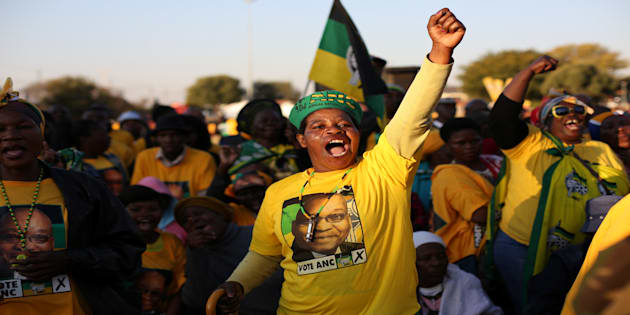 Supporters of the African National Congress chant slogans during ANC leader Jacob Zuma's election campaign in Atteridgeville, South Africa July 5, 2016. REUTERS/Siphiwe Sibeko/File Photo