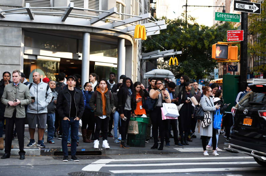 #NewYork, paura a #Manhattan: un furgone è piombato su una pista ciclabile  a #GroundZero, investendo alcune persone: il bilancio dell'incidente è di almeno 7 morti e 15 feriti. In foto alcuni passanti osservano da lontano le forze dell'ordine al lavoro.   DON EMMERT/AFP/Getty Images