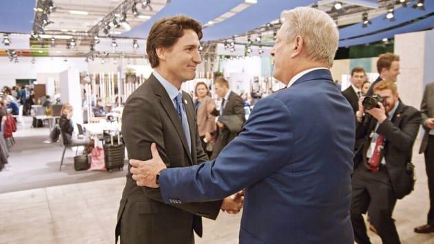 COP21の会場でカナダのトルドー首相と握手を交わすアル・ゴア氏(『不都合な真実2:放置された地球』より)