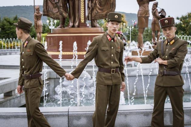 金日成主席、金正日総書記の遺体が永久保存されている錦繡山太陽宮殿に参拝する軍人たち。