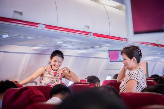 富裕層とみられる母と娘。北朝鮮で飛行機に乗れるのは限られた人だ。