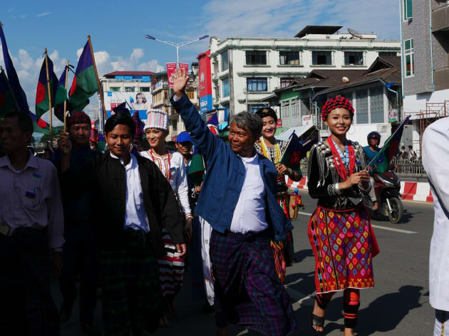 地域政党がまとまったカチン国民党(KNP)は、民族衣装を着て選挙運動をしていた=11月、カチン州ミッチーナ、染田屋竜太撮影