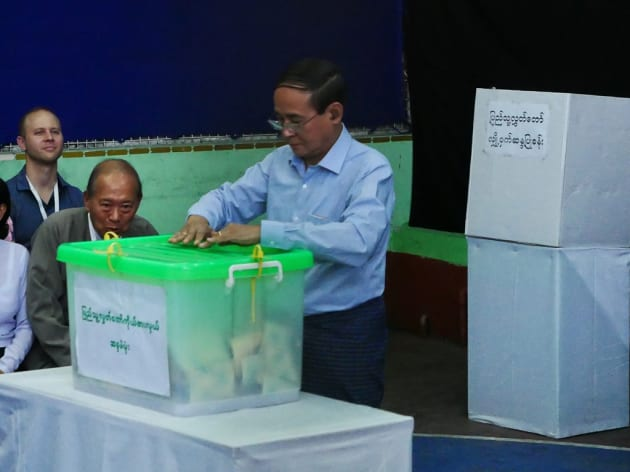11月3日の投票日、最大都市ヤンゴンの投票所には現職のウィンミン大統領も姿を見せた=染田屋竜太撮影