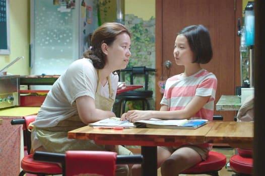 軽食屋を営むソンの母は、いつも忙しいなかでも、娘の心に寄り添おうとする。