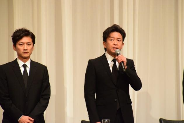 記者会見で話すTOKIOの城島茂さん(右)=2018年5月2日