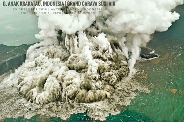 12月23日のアナク・クラカタウ島(インドネシア国家防災庁のストポ・プルウォ・ヌグロホ報道官のTwitterより)