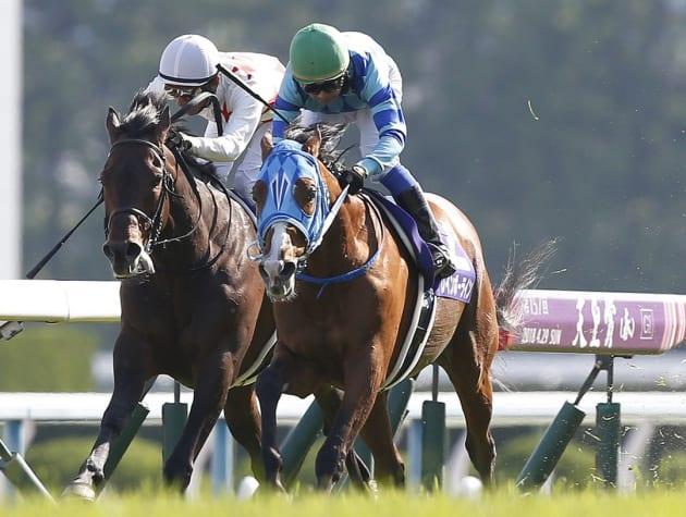 第157回天皇賞・春で優勝したレインボーライン(右)。騎手は岩田康誠=4月29日、京都競馬場