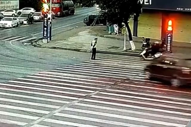 Police officer dodges out-of-control minibus at the last second in southern China