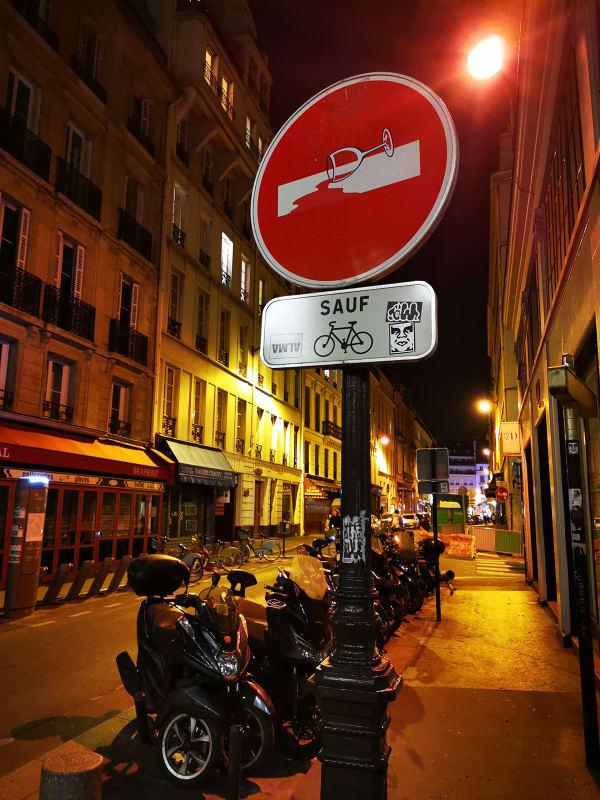 夜の路地裏。ワインの看板が