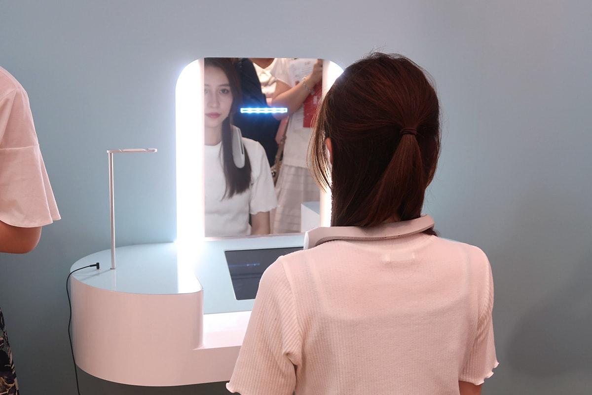 鏡の前に座るだけで肌診断ができます