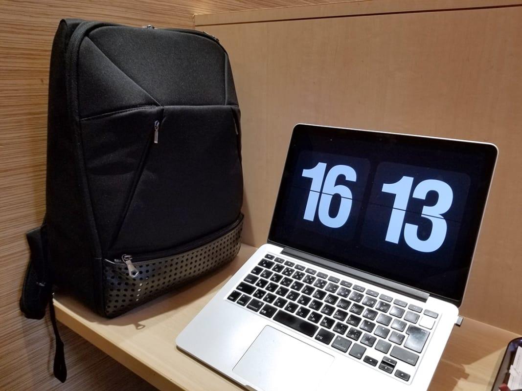 ちょっと重たい13インチのMacBook Proをもっての外出も楽に。自立するってありがたい