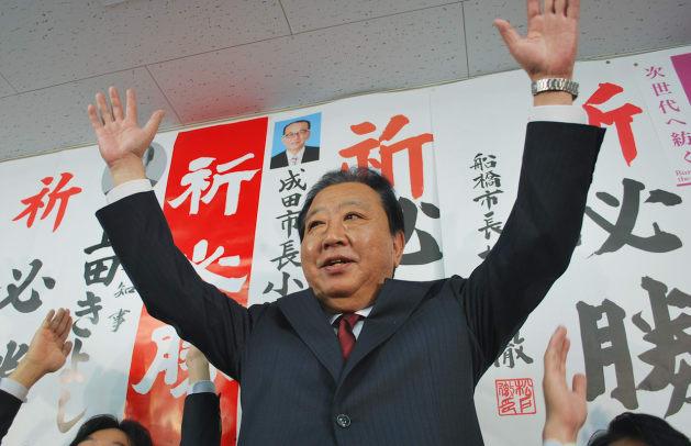 第48回衆議院選挙で当選確実になり、喜ぶ野田佳彦前首相=10月22日夜、千葉県船橋市