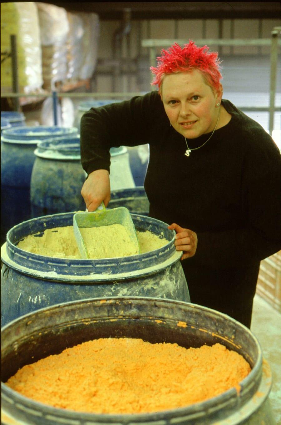 Hilary Jones na época em que trabalhava na fábrica da Lush, em Poole, na Inglaterra, há 20 anos.