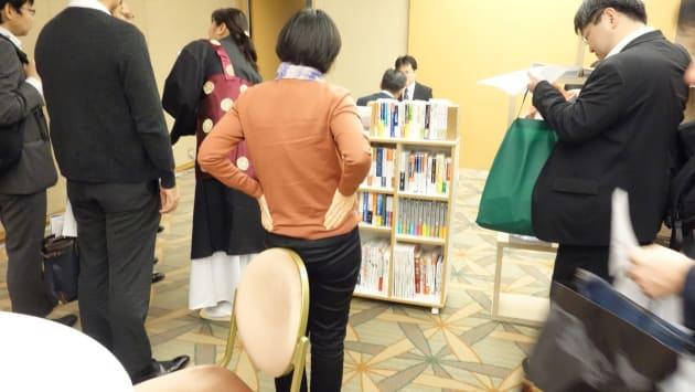 セミナー参加者が、どのような選書があるのか興味津々にご覧になっています