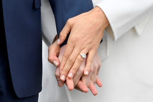 重ねた手に、ヘンリー王子みずからデザインした婚約指輪