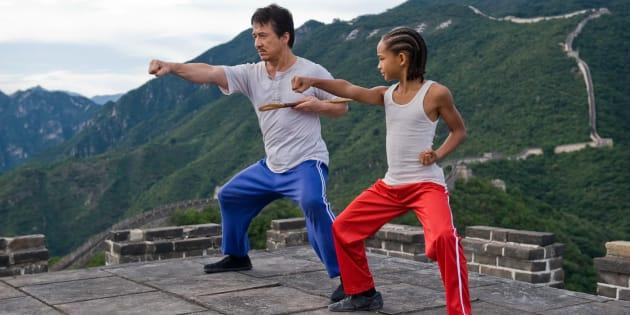 カンフーを教えるミスターハンを演じるジャッキーチェン(左)