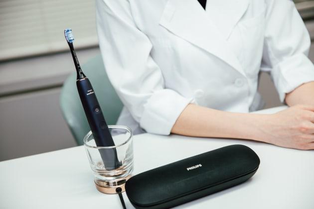接触タイプのグラス充電で見た目にもスタイリッシュ。USB付きでケースごと充電できるため旅行先でも使用可能。