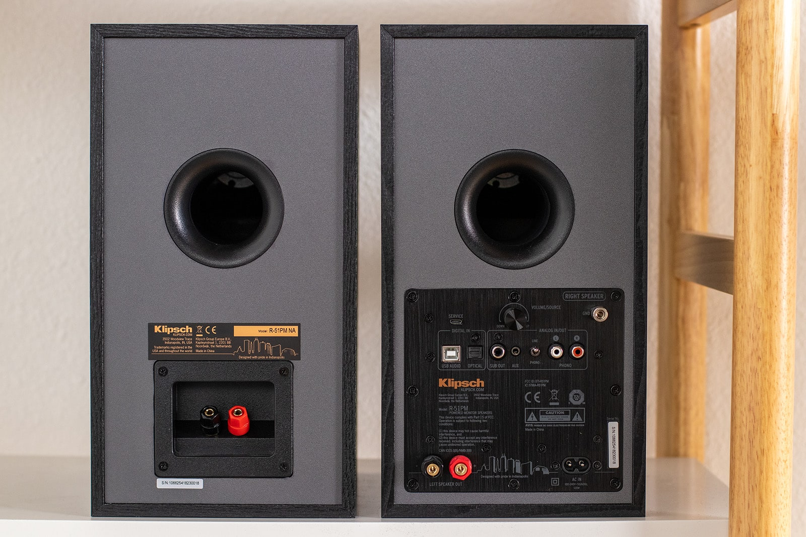 Wireless bookshelf speaker