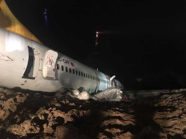 乗客らは緊急脱出したが、急斜面な上に、足場は泥がうねった状態だった