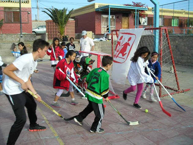 Chilean children play ball hockey in jerseys donated from kind-hearted ce0a250794a