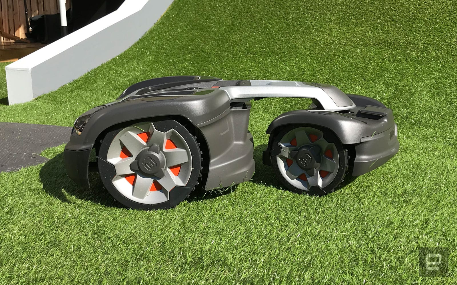 Hills Can T Stop This All Wheel Drive Robot Lawn Mower