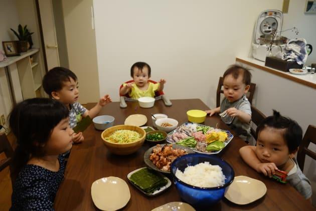 大家族ごっこ。子どもたちのご飯の時間。このあと大人たちはゆっくり宴
