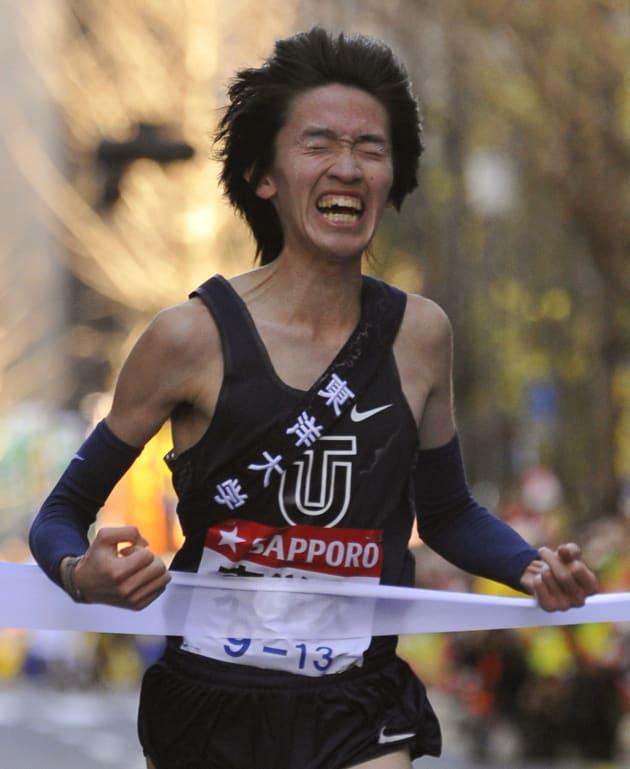 ガッツポーズでゴールする東洋大学アンカーの高見諒=2009年1月3日、東京・大手町