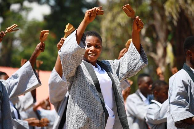 よさこい踊りを披露するガーナの生徒たち
