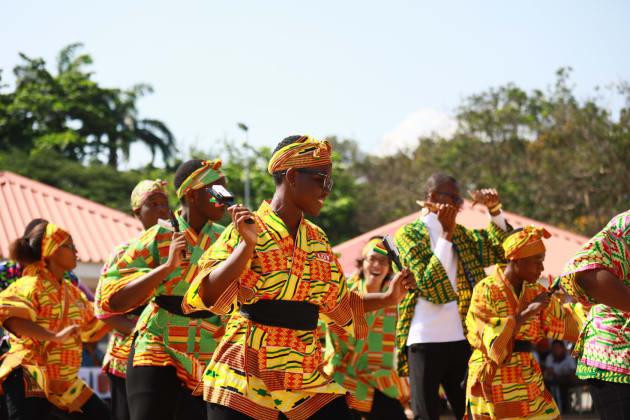 よさこい踊りを披露する生徒たち