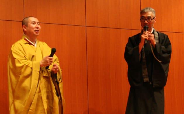 大報恩寺の菊入諒如住職(左)と、テクノ法要の発案・作曲者の朝倉行宣住職