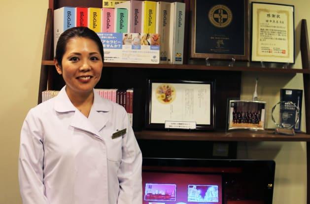 歯周病専門医の田中真喜先生。医療法人社団誠敬会 理事長。2003年日本歯科大学を卒業後、東京医科歯科大学歯周病学分野に入局し、歯周治療の研鑽を積む。歯周組織再生療法とインプラント治療のスペシャリストとして、数多くの手術を手掛けている。