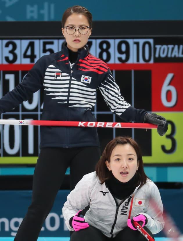 藤沢五月選手(右)、キム・ウンジョン選手(左) 2018年2月23日、韓国・江陵。