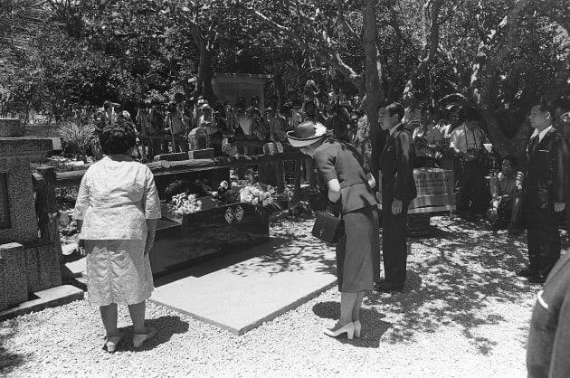 皇太子時代、ご夫妻で初めての沖縄訪問。ひめゆりの塔に参拝された両陛下はこの直後、過激派から火炎瓶を投げつけられた=1975年5月、沖縄県糸満市