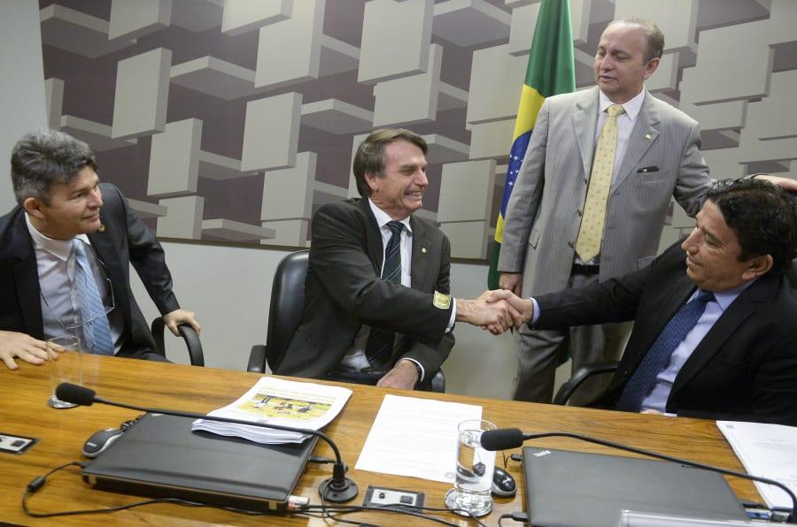 Jair Bolsonaro visita a CPI dos maus-tratos do Senado quando era candidato à Presidência da República, ao lado de Magno Malta.