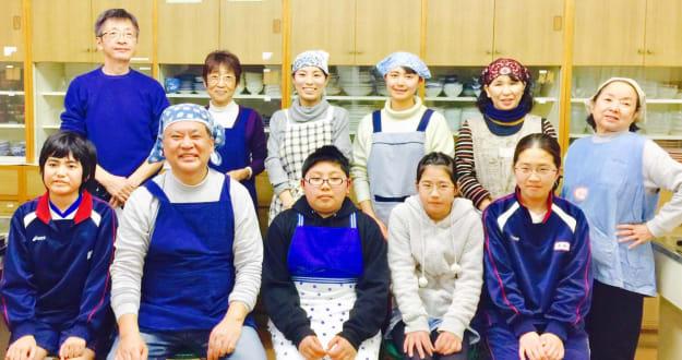 「やらまいか子ども食堂」に参加した方々(前列左から2人目が渡邊さん)
