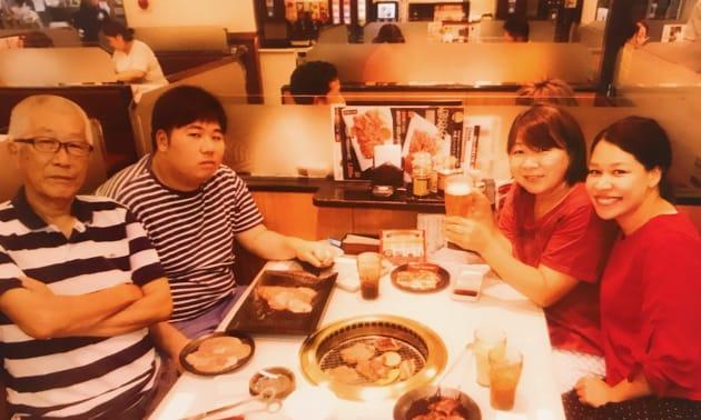 (左端から時計回りで)パパ、弟、母と筆者