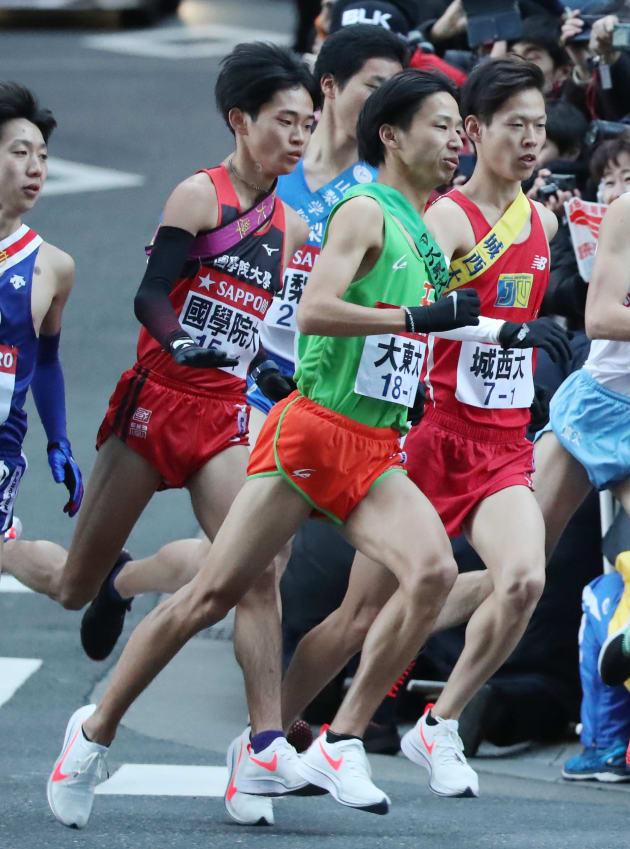 往路のスタートを切る大東大の第1走者・新井康平(中央)。この後に転倒のアクシデント=1月2日、東京・大手町