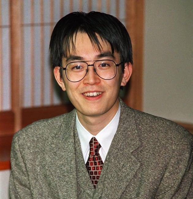 インタビューで笑顔を見せる将棋棋士、羽生善治7冠(山口・豊浦町「マリンピア・くろい」) 撮影日:1996年02月14日